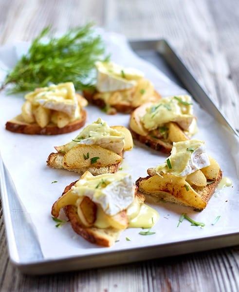 Toasten van notenbrood met peren, camembert Le Rustique en rozemarijn