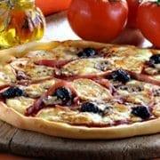 Zelfgemaakte pizza met raclette van RichesMonts