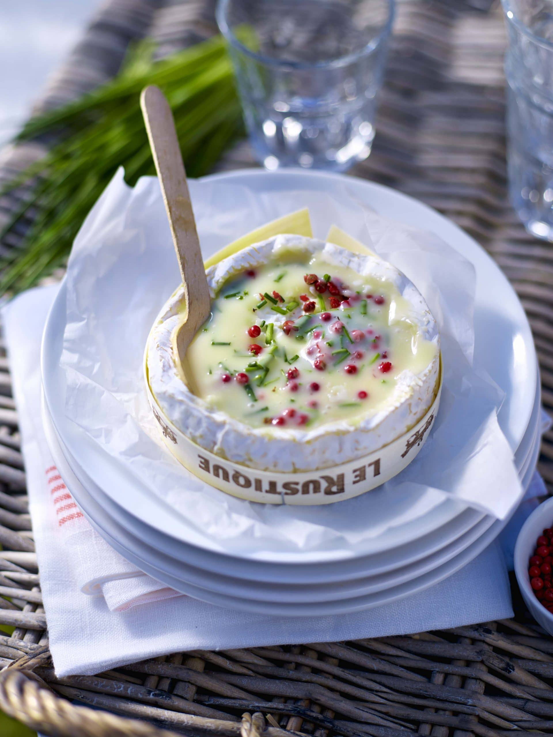Warme camembert Le Rustique Light met roze peper en bieslook