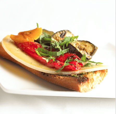 Gegrilde aubergines en paprika's, pesto met amandelen en Passendale<sup>®</sup> op een geroosterd stokbrood