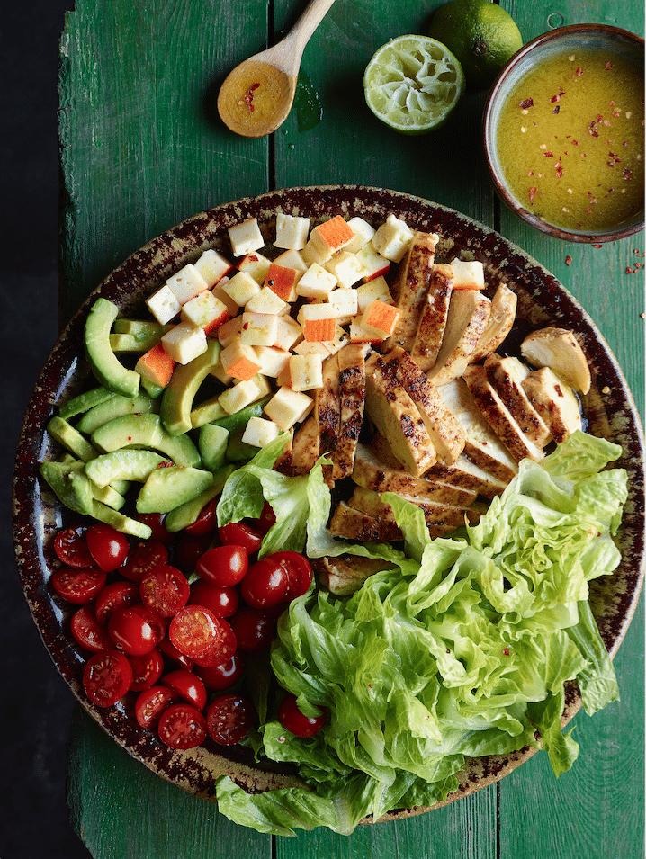Tex-mex salade met gegrilde kip, Chaumes en avocado