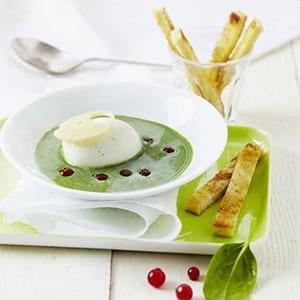 Romige spinaziesoep  met St Môret, zachtgekookt ei, rode besjes en wasabi