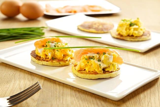 Aardappelpoffertjes met ei, gerookte zalm en Bressot Kruiden