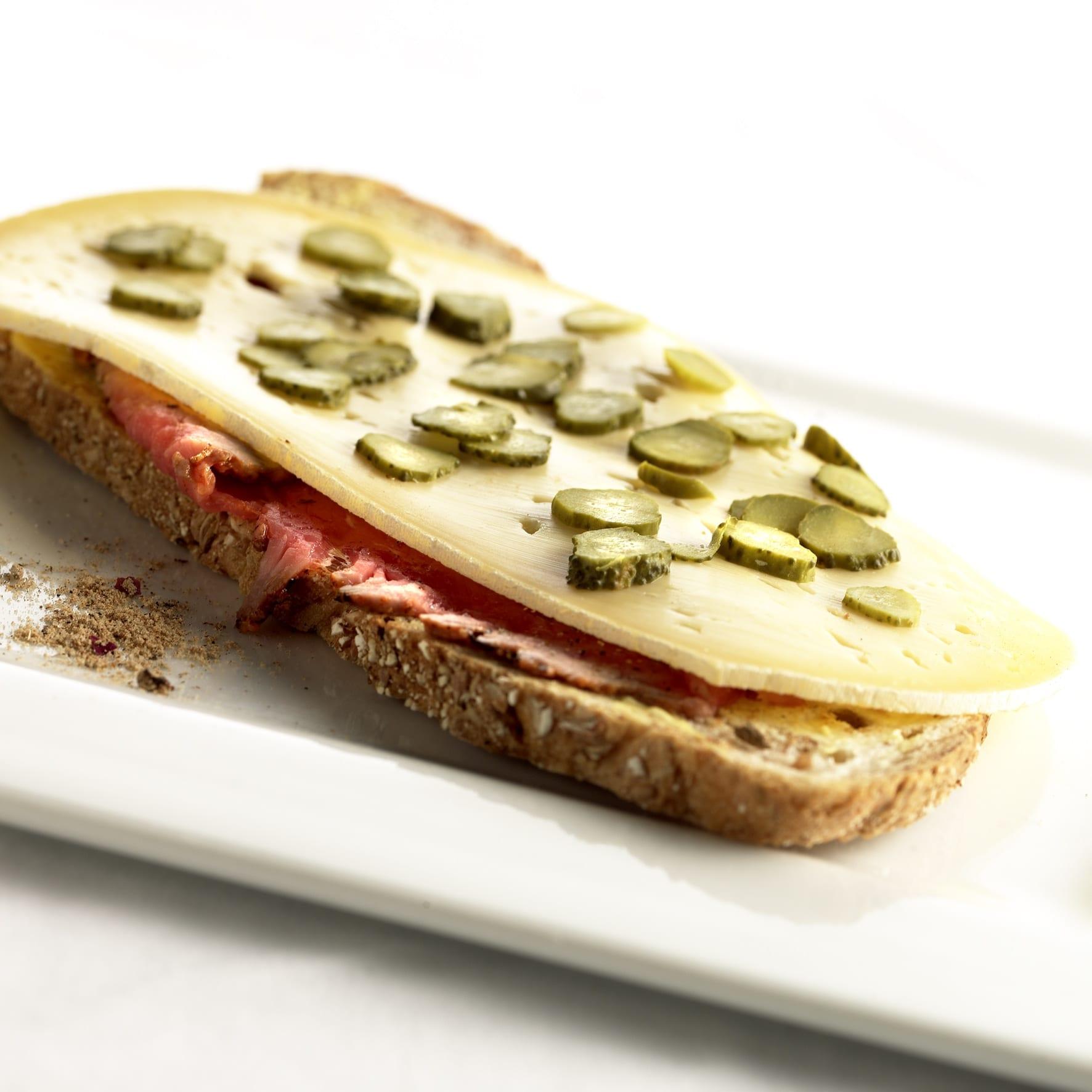 Zuurdesembrood met rosbief en Passendale Classic