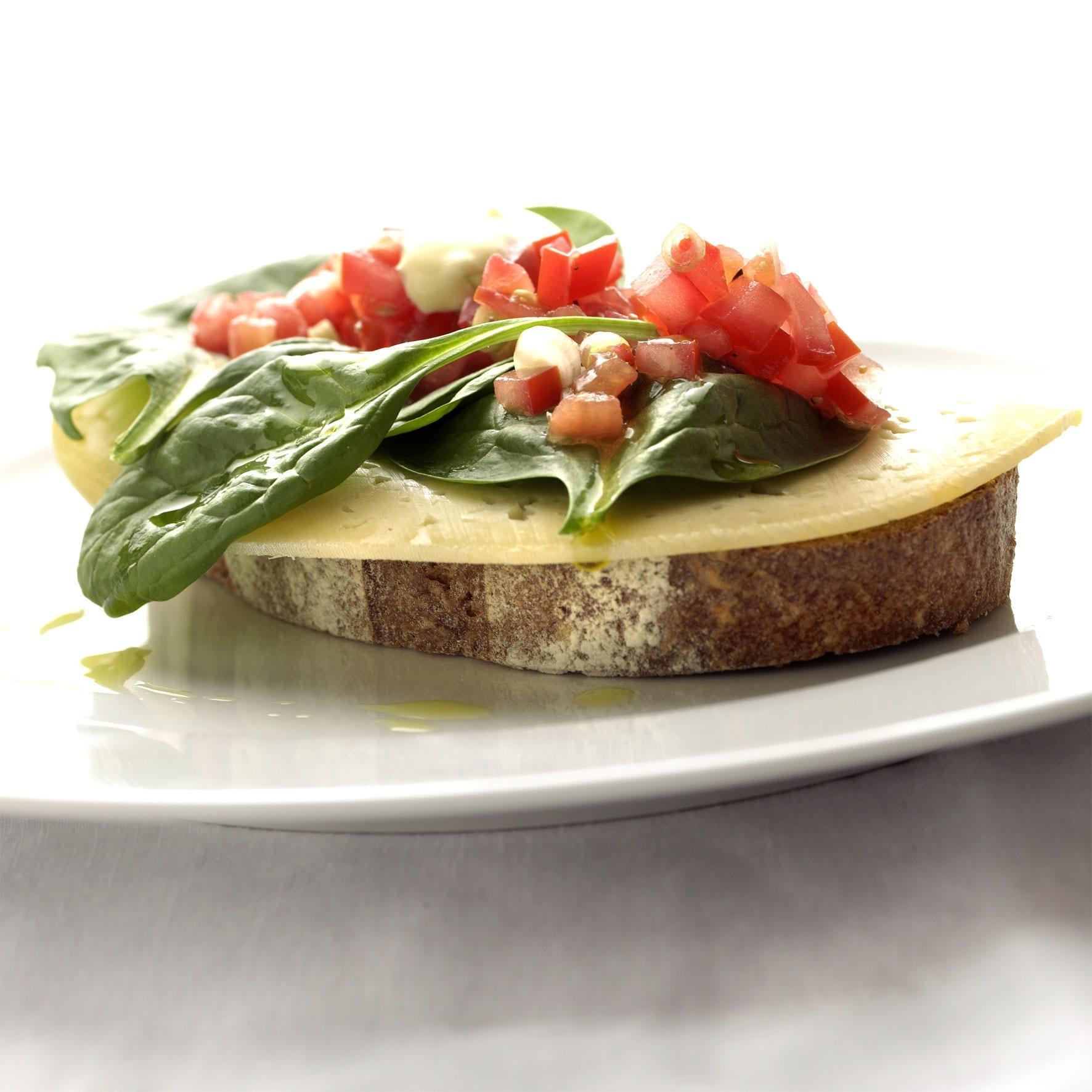 Roggebrood met Passendale, tomatencompote en knoflookmayonaise