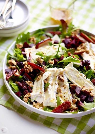 Salade met camembert Le Rustique, rode bieten, dadels en noten