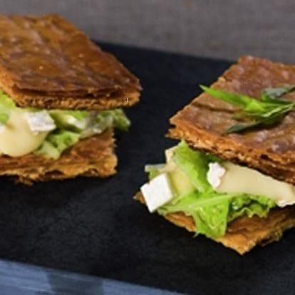 Bladerdeeggebakje met Brie Le Rustique en groene koolsalade