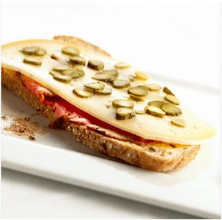 Roastbeef, augurken, gentse mosterd en Passendale<pus></noscript></sup>  op zuurdesembrood