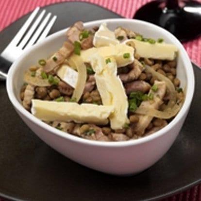 Salade van linzen, Le Rustique Camembert en gerookte spekblokjes