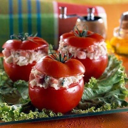 Tomaten gevuld met rijst, ham en Bressot Smakelijk eten! Natuur